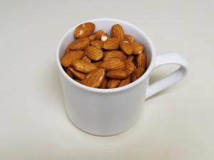 tasse mit mandeln
