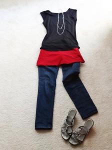 rotes kleid mit tshirt, jeans, sandalen