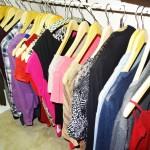kleider auf kleiderbuegel in schrank