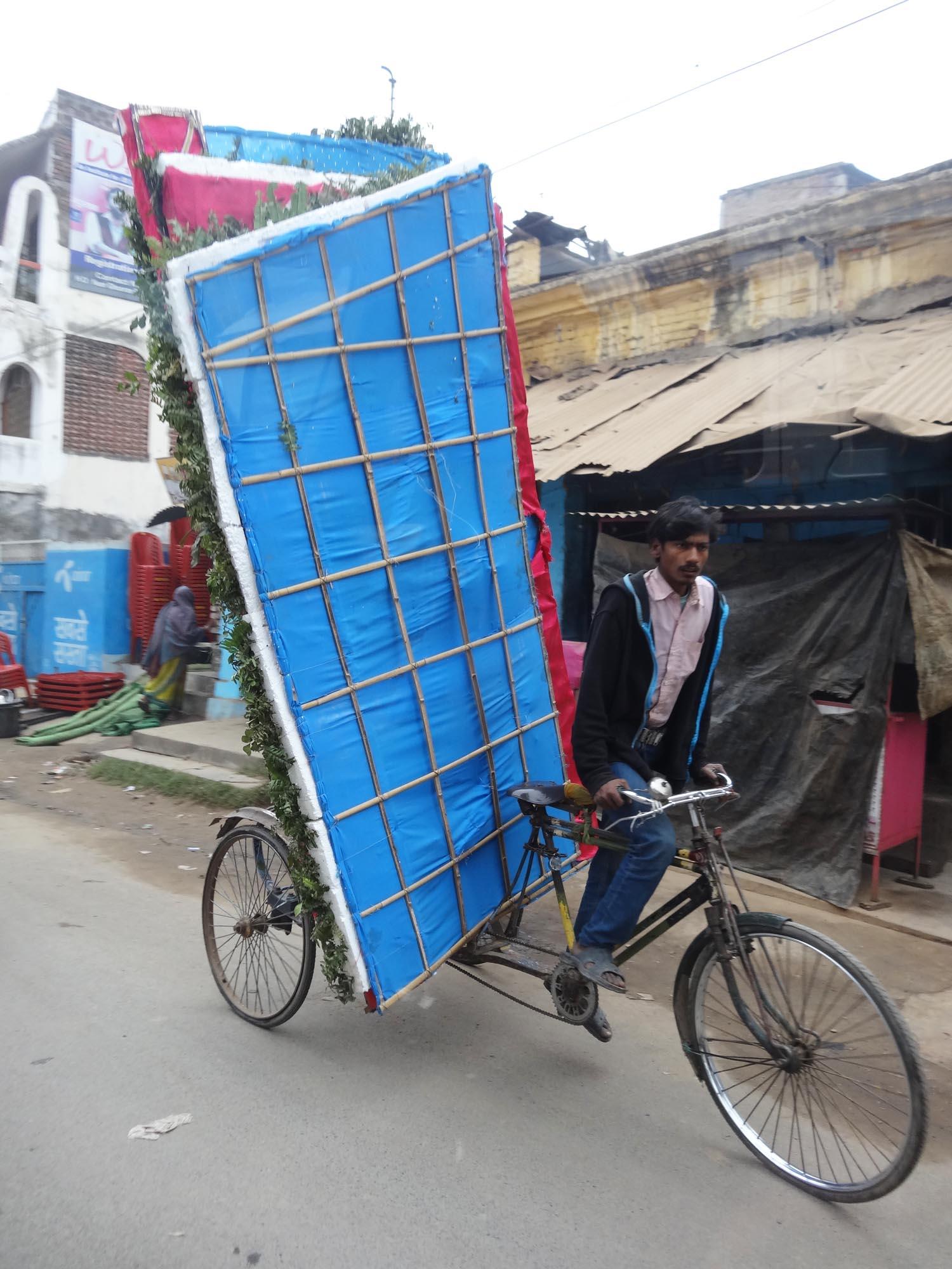riesiges dekoelement auf fahrrad
