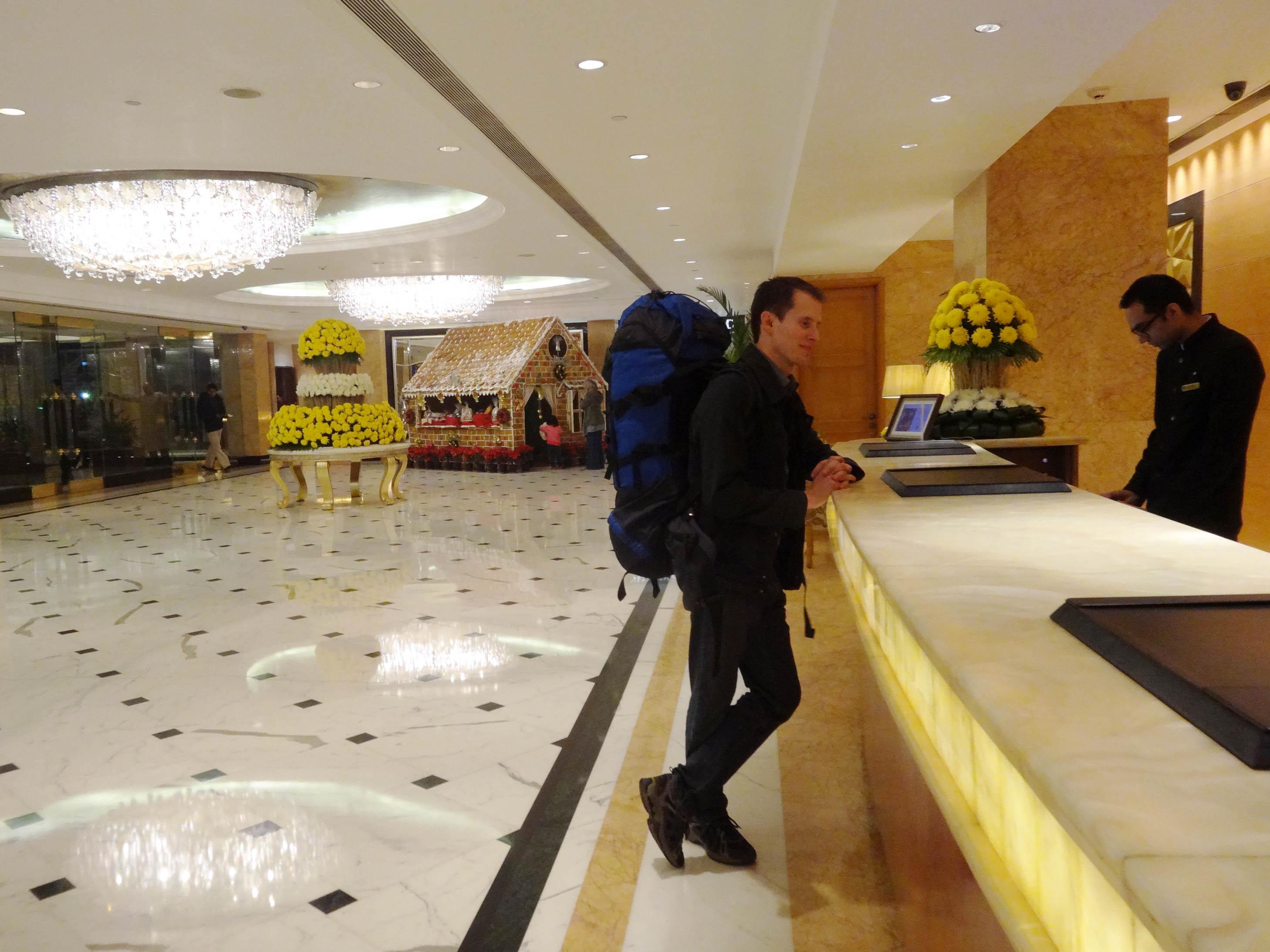 daniel mit backpack an der shangri-la hotel rezeption