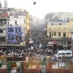 quirliches durcheinander auf einer strassenkreuzung in delhi
