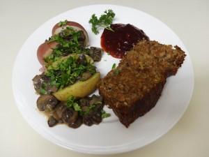 linsenbraten mit kartoffeln, pilzsosse und cranberry gelee