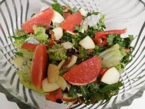 vorspeisensalat mit grapefruitstuecken, nuessen und rosinen