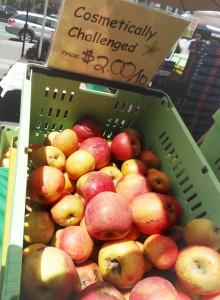 aepfel in box am markt und schild cosmetically challenged