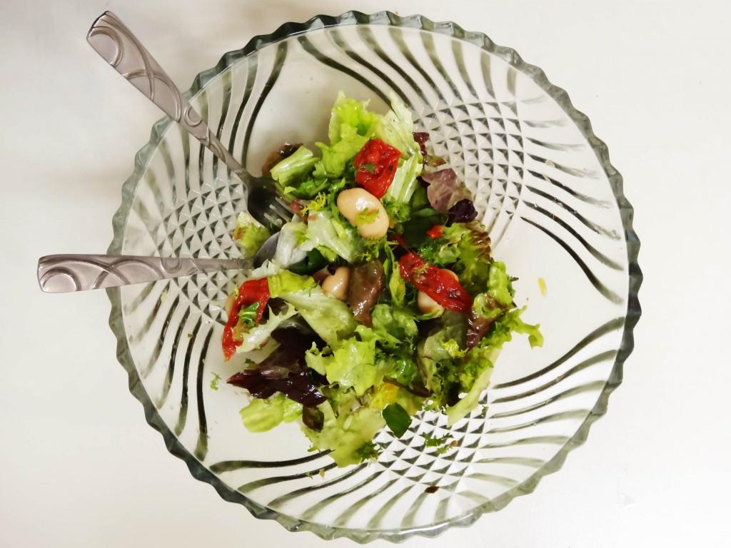 Salat mit weißen Bohnen, eingelegten Tomaten und frischem Oregano