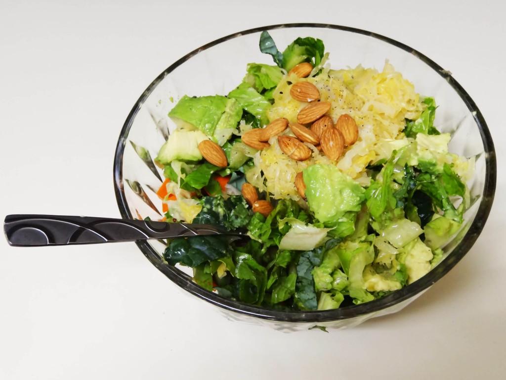 Salat mit Mandeln und Sauerkraut