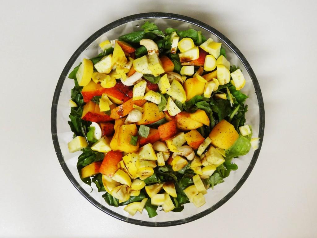 Salat mit Pfirsichstücken und gelber Zucchini