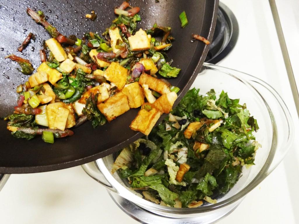 salat mit angebratenem tofu aus der pfanne