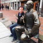 Mann redet mit einer Bronzestatue