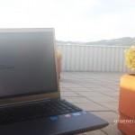Computer auf dem Liegestuhl der Hotel Dachterrasse
