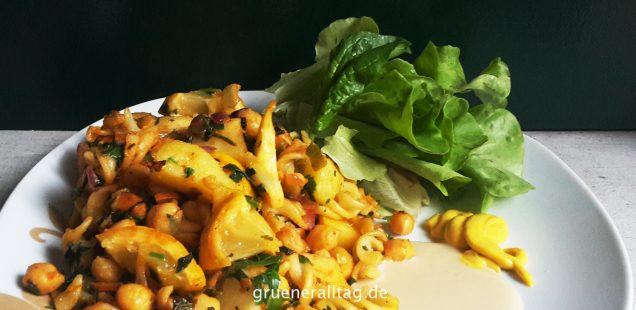 Ist die vegane Ernährung natürlich_Nudeln mit gebratener Zitrone, Mandelmus, Senf und Salat