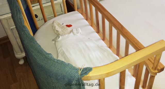 Minimalistische babyausstattung grüner alltag