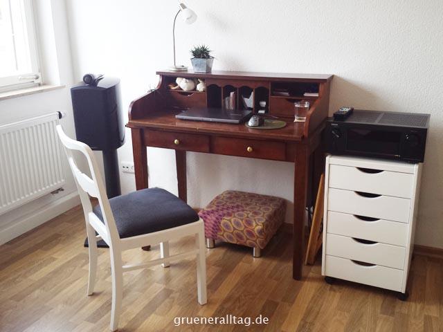Leben auf kleinem Fuß - Schreibtisch im Wohnzimmer