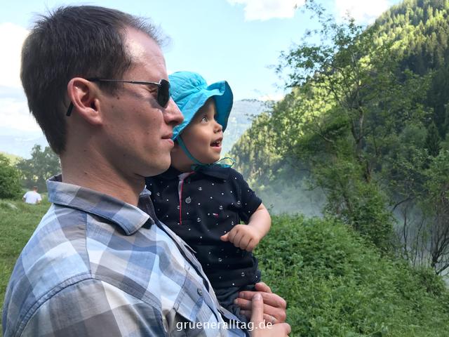 Sohn bestaunt Wasserfall