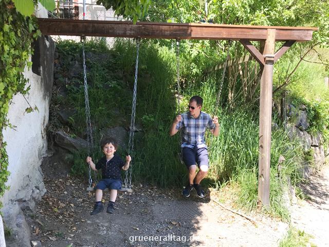 Sohn und Papa schaukeln
