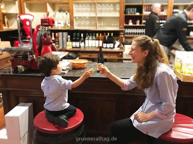 Mama und Sohn essen Schüttelbrot an der Weinbar