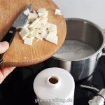 Seifenstücke im Topf aufkochen um Flüssigseife herzustellen